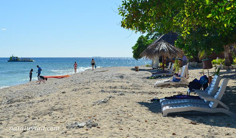 Острова Фиджи дневной тур, Пляж море лежаки пальмы