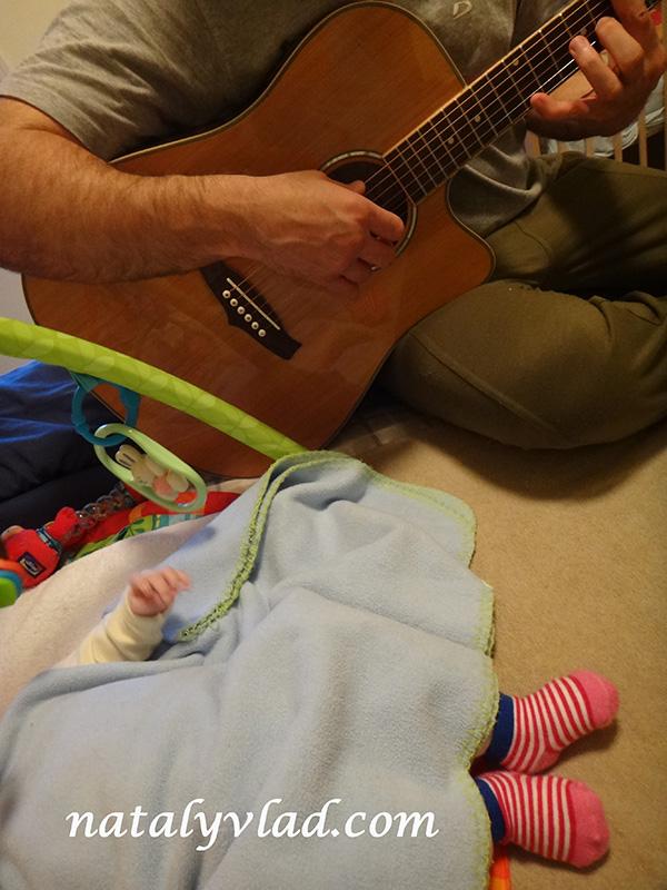 Папа с гитарой и малыш