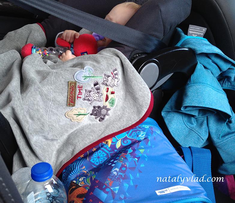 Ребенок в автокресле в машине