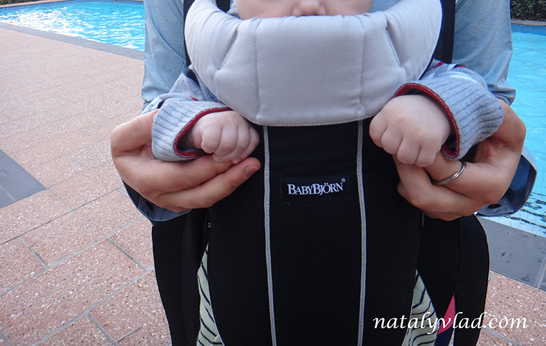 Прогулка с ребенком в слинге-рюкзаке