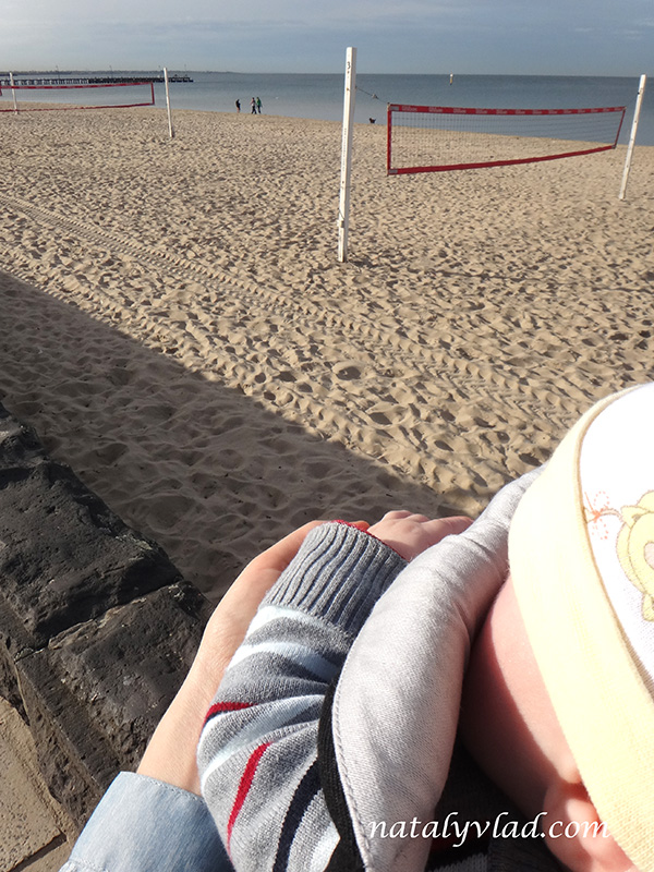 Прогулка с ребенокм в слинге-рюкзаке Пляж Море