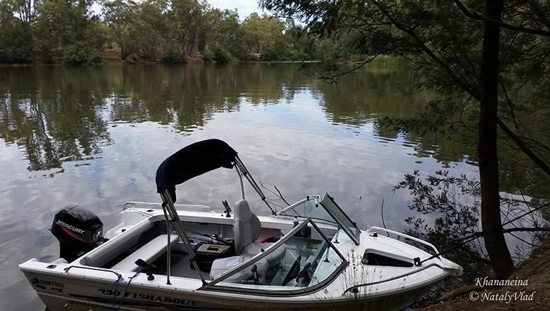 Лодка на берегу реки