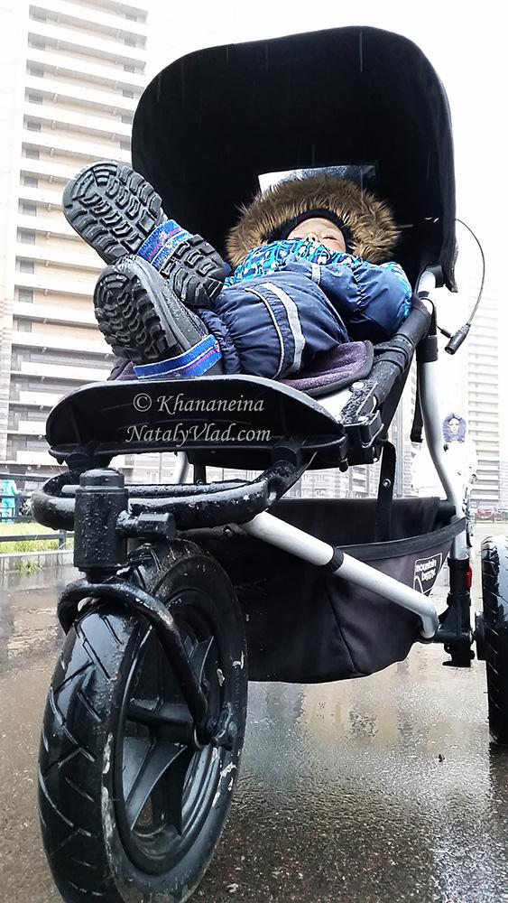 Малыш в коляске зимой Фото