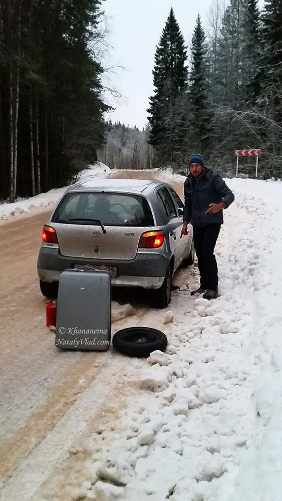Замена колеса по дороге зимой Фото