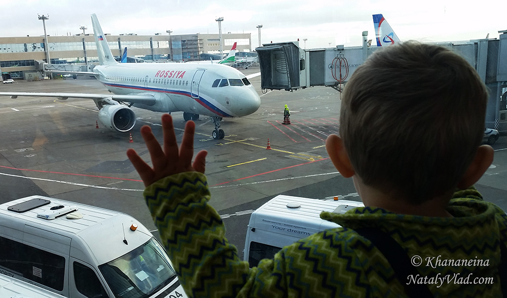 Ребенок и самолет Фото