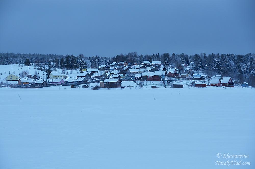 Зимняя подледная рыбалка на озере Фото